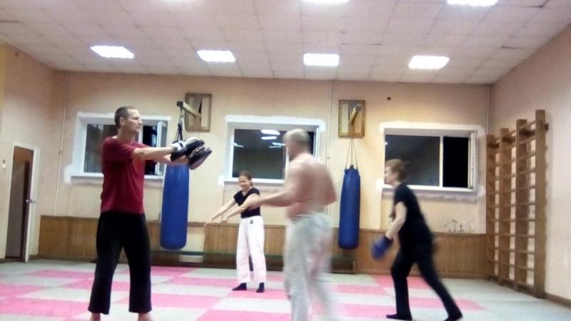 Тренировка по Ушу. Удар коленом в прыжке с пустым махом