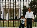 Пабло Эскобар фотается со своим сыном на фоне Белого дома в то время…