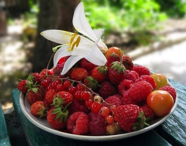В каждой клубничке маленькое Лето с нежным привкусом Счастья !!! Всем вкусного Лета !!! 🍓 🍓 🍓