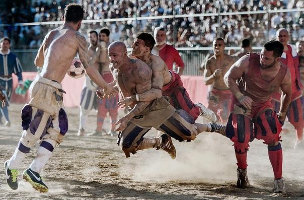 Флорентийский кальчо Для тех, кто устал от симулянтов в футболе и считает, что в регби недостаточно насилия, идеально подойдет флорентийский кальчо — кровавый командный спорт, в который играют