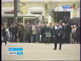 Полиция не дала развернуть красное знамя во время возложения цветов к памятнику Ленину