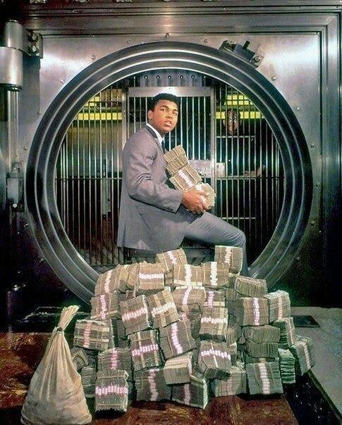 Мохаммед Али забирает свой выигрыш в 5,5 млн долларов после боя с Форманом