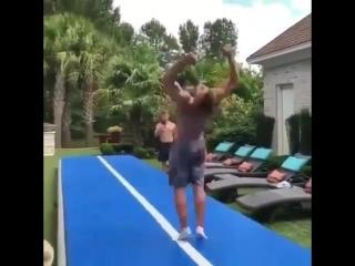крутая акробатика на дорожке