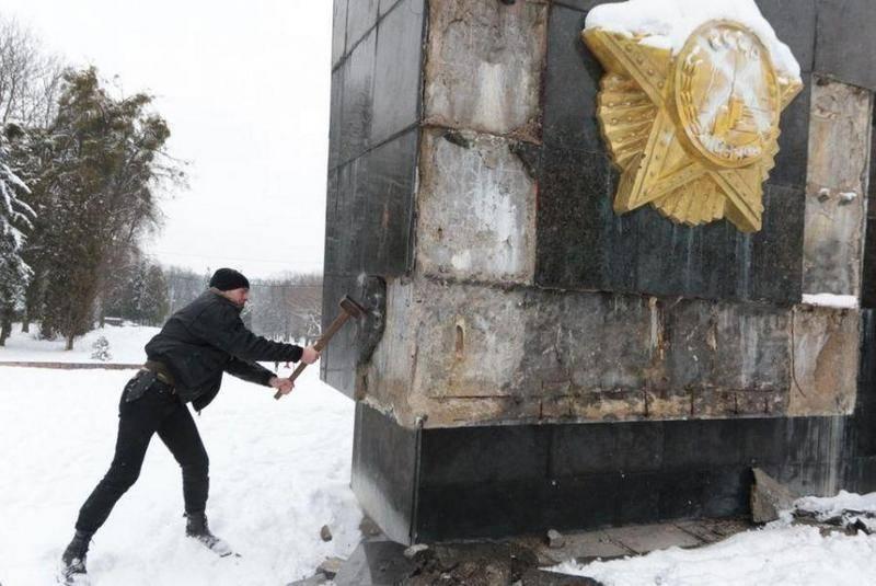 В Львове снесли стелу Монумента славы советским воинам