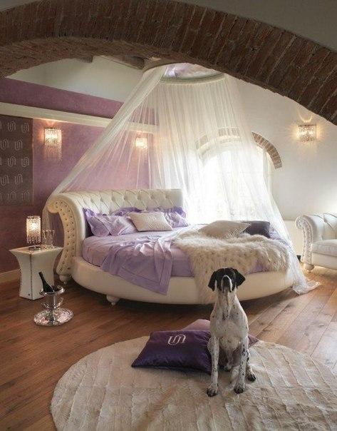 Спальня с круглой кроватью (1 фото)