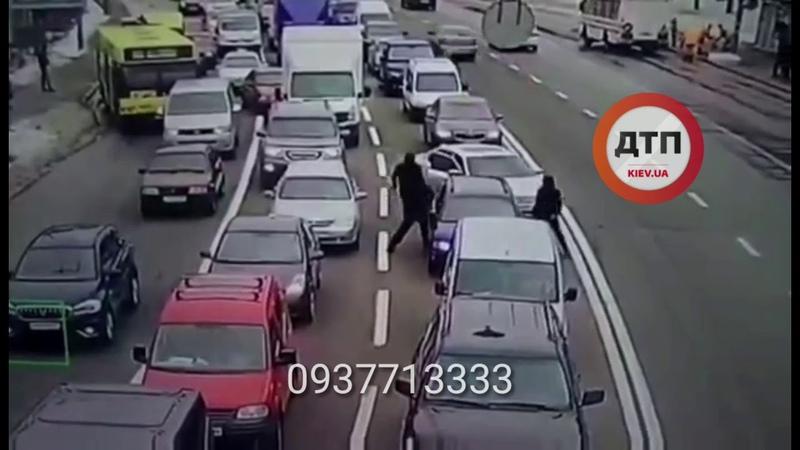 Видео разбоя в Киеве на Лобановского Кировградской где бандиты отобрали у водителя на старом Пассат