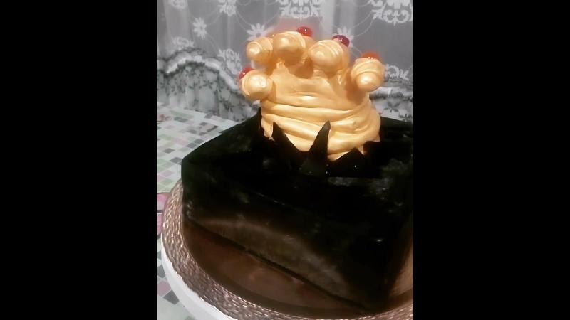 Тортик Война бесконечности Ванильный бисквит ароматный персиковый сироп крем сливки с фруктами и ягодами отделка сахарная м