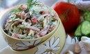 Простой салат с ветчиной, помидорами и сыром