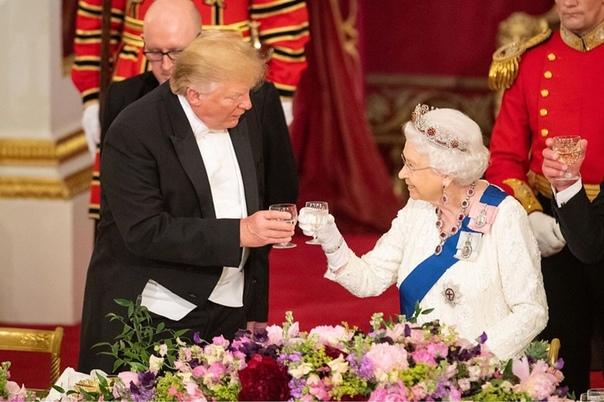 Дональд Трамп оконфузился перед королевой Елизаветой II Возможно, Меган Маркл напрасно пропустила встречу с президентом США. Под зоркими взглядами журналистов Дональд Трамп успел попасть в