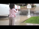 Маленькая девочка увидела дождь в первый раз