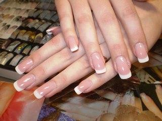 Нарощенные ногти короткие френч.