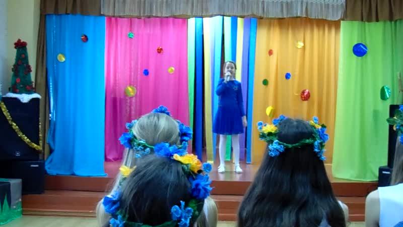 MAH00330 Марина на смотре конкурсе художественной самодеятельности в доме пионеров самостоятельно исполняет песню