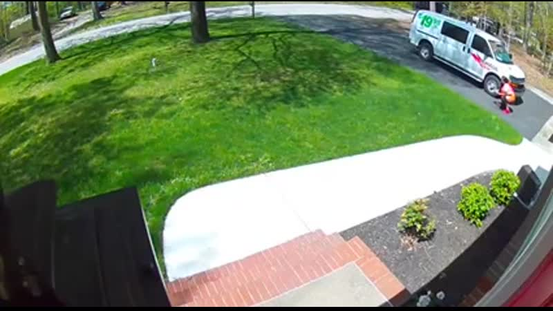 Amazon delivery lady delivers more than a package 📦