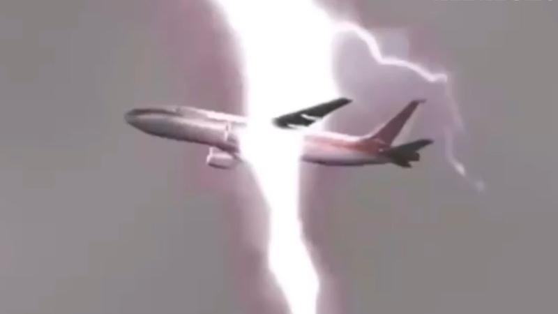 번개 직격으로 맞는 비행기 포착 (초대형 벼락을 맞는 항공기)