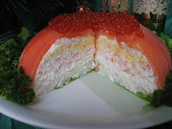 РЫБНЫЙ ТОРТ Необходимые продукты для торта в готовом виде высотой 7-8 см. и диаметром у основания 19 см.:Рыба слабосолёная (форель/сёмга) - 500 г., Яйца варёные - 4 шт.,Рис отварной - 4-5 ст.