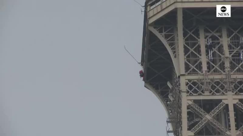 Un homme est monté au sommet de la tour Eiffel