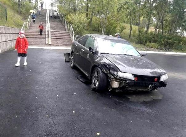Пьяный угонщик «Хонды» прокатился по лестнице городской гимназии
