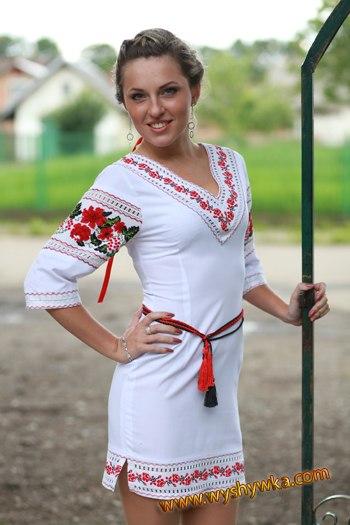 Українка, красуня у вишиванці