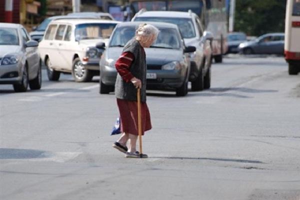 В Черкесске сбили пенсионерку, шедшую не по пешеходному переходу