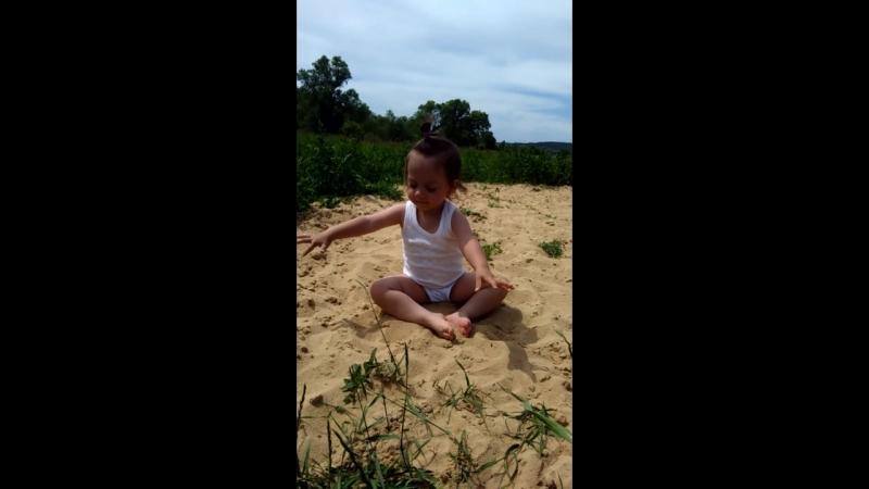 Кира играет в песочек на полянке берега р.Дон