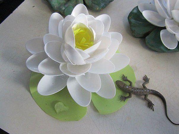 Лилия из пластиковых ложек. (6 фото) - картинка