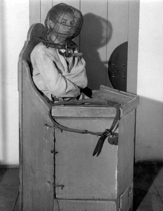 Сумасшедший стул в голландской психиатрической больнице, 1938 год. Применялся дл...
