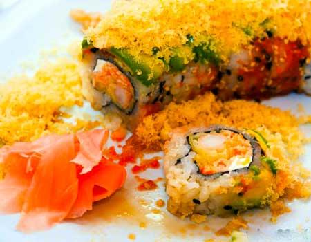 Имбирь, который подается с суши, способствует пищеварению