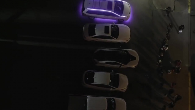 5 машин играют сигналами