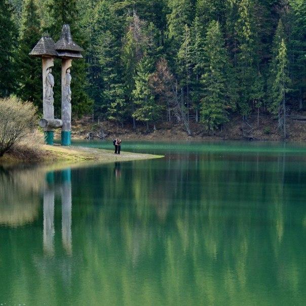 Синевир – горное озеро в Карпатах на высоте 989 метров над уровнем моря.
