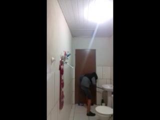 Парень из Португалии решил  убить мышь в ванной
