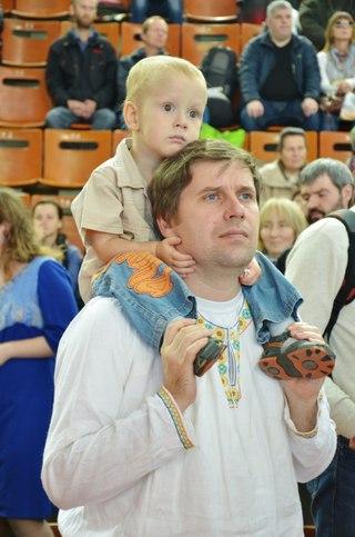 Какой внимательный взгляд у папы с сыном...