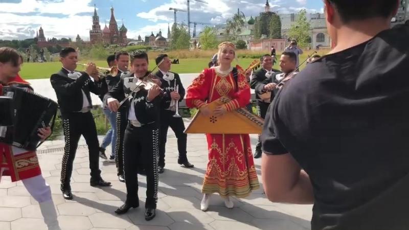 """Un FlashMob con la participación de mariachis mexicanos y el conjunto ruso """"Kupina"""" en el parque Zaryadye"""