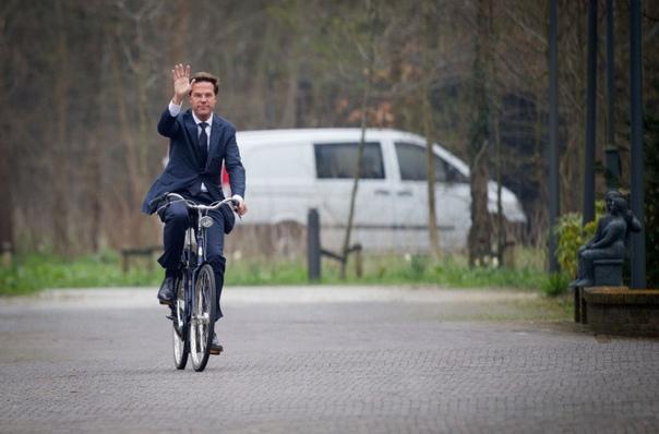 Премьер-министр Голландии ездит на работу ежедневно на велосипеде.