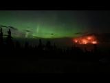 Полярное сияние «танцует» над бушующим лесным пожаром в Канаде