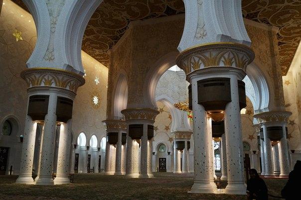 Интерьер мечети шейха Заеда