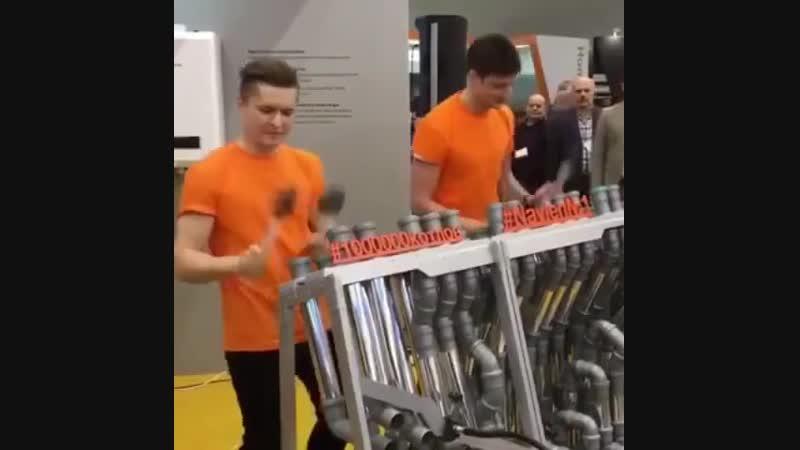 Наглядный пример, как, используя пластиковые трубы, играть на нервах соседей))