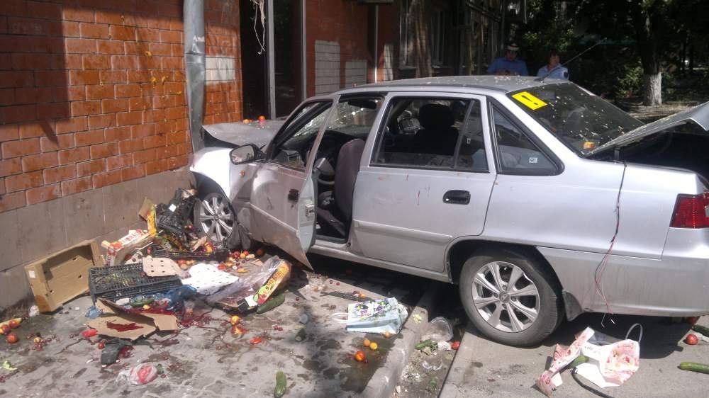 В Ростове атоледи на Daewoo Nexia сбила трёх пешеходов, врезавшись в овощную палатку и жилой дом