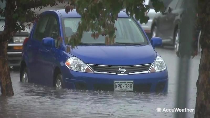 Сильный дождь утопил машины под воду, штат Колорадо