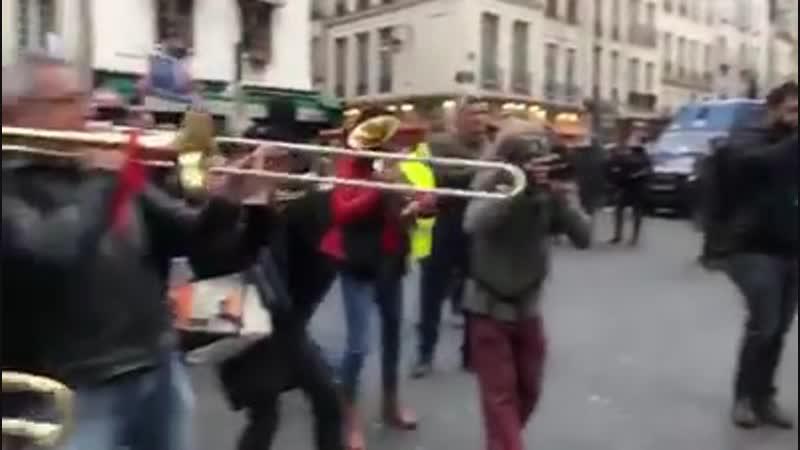 15h, rue du Faubourg Saint-Antoine, près de la Bastille. Une scène qui laisse sans voix. Les habitants penchés aux fenêtres appl