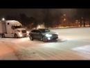 Cемейный кроссовер Tesla Model X помогает дизельному тягачу с прицепом в заваленной снегом Северной Каролине