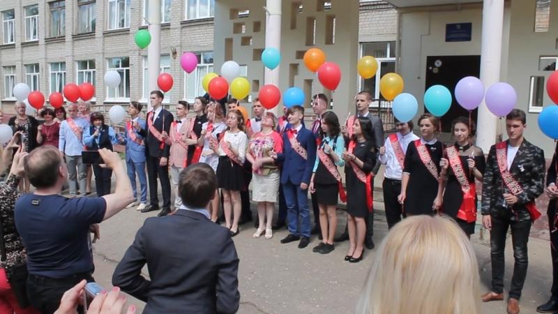 По доброй традиции, выпускники запустили в небо воздушные шары...