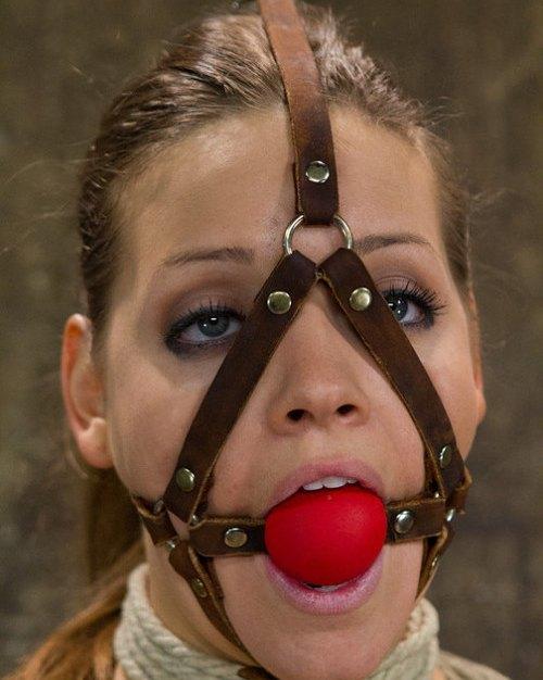 Девушка с кляпом во рту — img 10