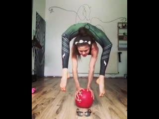 Девушка одевает очки ногами. Супер сила гибкость тела. Крутое видео шок упражнение тренировка Спорт мотивация фитоняшки фитнес