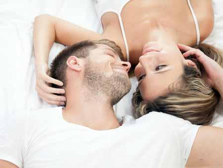 Человек, вовлеченный в романтические отношения, может обратиться за советом к читателю карты Таро.