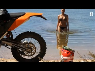 Сексуальная девушка на спортивном мотоцикле