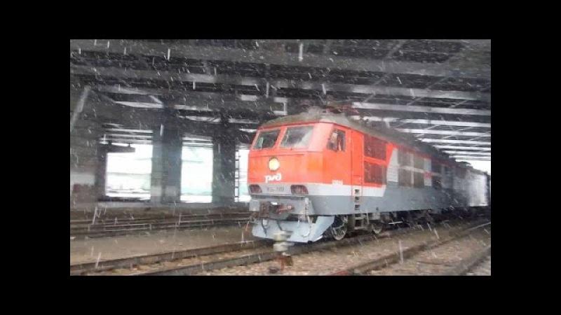 Электровоз ЧС6-017 с составом поезда «Смена»