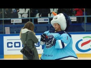 Болельщик Сибири оделся в Снеговика, чтобы позвать девушку замуж!