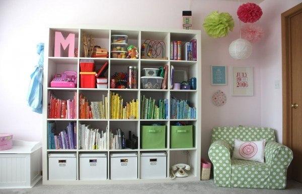 Впустите радугу в свой дом  Расположите книги в шкафу по цветам радуги, если какого-то цвета нет, то просто сделайте книжке яркую обложку из цветной бумаги. И пусть привычное станет необычным!