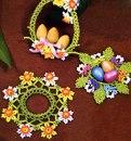 Посмотрите, какое весеннее настроение эти цветы из бисера задают праздничному столу!