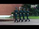Москвичи возложили цветы к могиле неизвестного солдата в Александровском саду